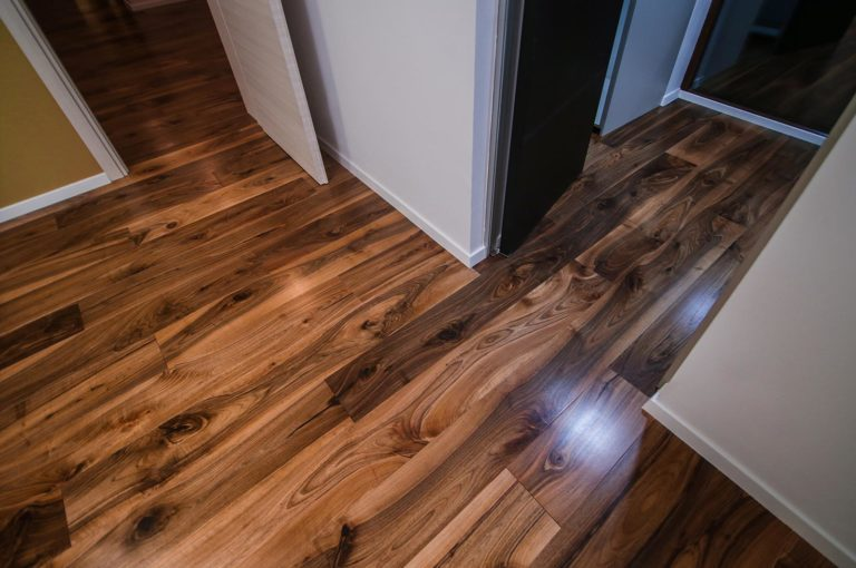 Diferentele dintre un parchet de lemn stratificat din stejar si parchetul laminat